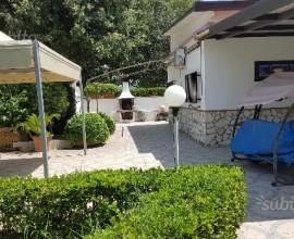 Villa con giardino e piascina in muratura